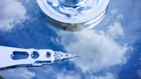 Cinemagraph, movimentação de disco rígido com refletido nele o tempo-lapso das nuvens, o conceito do armazenamento da nuvem, laço filme