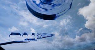 Cinemagraph, movimentação de disco rígido com refletido nele o tempo-lapso das nuvens, o conceito do armazenamento da nuvem, laço video estoque