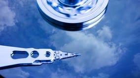 Cinemagraph, movimenta??o de disco r?gido com refletido nele o tempo-lapso das nuvens, o conceito do armazenamento da nuvem, la?o video estoque