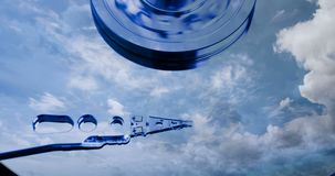 Cinemagraph, movimenta??o de disco r?gido com refletido nele o tempo-lapso das nuvens, o conceito do armazenamento da nuvem, la?o ilustração royalty free