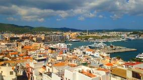 Cinemagraph - nuvole che galleggiano sopra il porto della città di Ibiza sull'isola di Ibiza archivi video