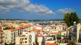 Cinemagraph - nuvole che galleggiano sopra il porto della città di Ibiza sull'isola di Ibiza stock footage