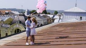Cinemagraph - par som rymmer några ballons arkivfilmer