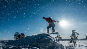 Cinemagraph Snowboarder del novato en un salto con un trampolín de la nieve ligera, paisaje del invierno, lazo video almacen de metraje de vídeo