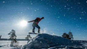 Cinemagraph Snowboarder del novato en un salto con un trampolín de la nieve ligera, paisaje del invierno, lazo video almacen de video