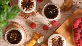 Cinemagraph - Spada pomarańczowa łupa na czekoladzie W tle, malinkach i wyśmienicie deserach, zdjęcie wideo