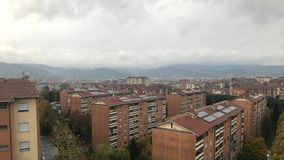 Cinemagraph - Turijn, Piemonte, Italië Grijze wolken die over het huisvestingsgebied drijven op de achtergrond van bergen stock footage