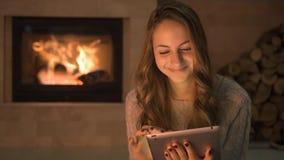 Cinemagraph - ung kvinna som använder minnestavlan arkivfilmer
