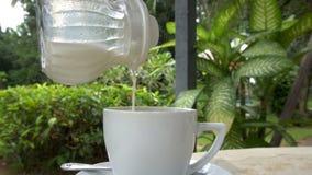 Cinemagraph van het Gieten van Melk in Witte Kop stock video