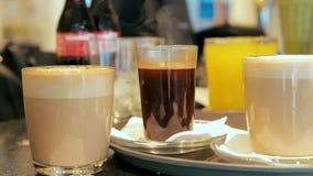 Cinemagraph van het stomen van heet koffieglas op de teller in een koffie stock video