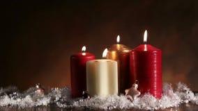 Cinemagraph - vier kaarsen, drie met vlammen toch, en met een vlam in eeuwige motie stock videobeelden