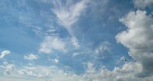 Cinemagraph, Vliegtuigvlieg door zonnige dag blauwe hemel lijnvideo, tijd-Tijdspanne stock video