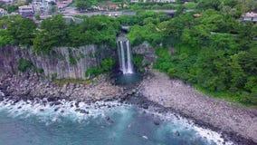 Cinemagraph von Jeongbang-Wasserfall in Jeju-Insel, Südkorea Schattenbild des kauernden Geschäftsmannes stock footage
