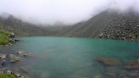 Cinemagraphlijn - mening van een meer in mist tijdens ochtendzonsopgang die wordt behandeld stock footage