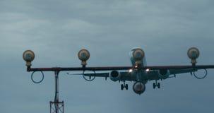 Cinematic die van een passagiersjet ongeveer aan land wordt geschoten stock videobeelden