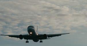 Cinematic die van een passagiersjet ongeveer aan land wordt geschoten stock footage