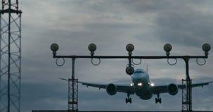 Cinematic die van een passagiersjet ongeveer aan land wordt geschoten stock video