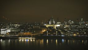 Cinematic luchtmening van van de de Rivierhommel van Londen Theems de meningsnacht stock video