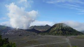cinematic Panning van 4K Recht op Linkertime lapse van de vulkaan van Onderstelbromo in de middag stock videobeelden