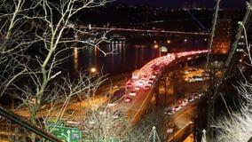 Cinematic timelapse van een opstopping op een viaductbrug dichtbij stedelijke stad bij nacht stock videobeelden