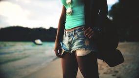 Cinematiclengte: onbezorgd sexy meisje die met gelooide huid de zomer van vakantie op tropisch paradijsstrand genieten stock videobeelden