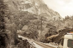 Cinematicweg Himalayanvallei Landschap met rotsen, zonnige daghemel en het asfaltweg van de wolken mooie berg in de winteravond stock foto's