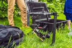Cineoperatore che installa uno stabilizzatore professionale resistente di 3 anelli di sospensione per la macchina fotografica del fotografie stock libere da diritti