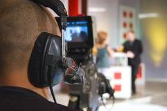 Cineoperatore nello studio della TV Immagine Stock Libera da Diritti