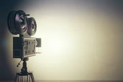 Cinepresa di vecchio stile con la parete bianca, effetto d'annata della foto Fotografia Stock