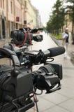Cineprese di televisione alla via della città. Fotografie Stock