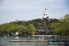 Cinese Asia, Pechino, il giardino reale, parco di Beihai, le costruzioni antiche, la pagoda bianca Immagine Stock Libera da Diritti