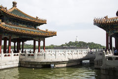 Cinese Asia, Pechino, il giardino reale, parco di Beihai, le costruzioni antiche, la pagoda bianca Immagini Stock Libere da Diritti