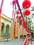 Cinese che desidera gli incanti e le lanterne rosse Fotografie Stock Libere da Diritti