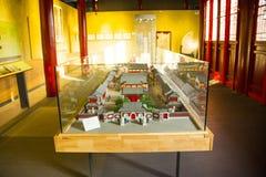 Cinese dell'Asia, Pechino, vetrina antica di mostra di ŒIndoor del ¼ di Dazhongsi Bell Museumï, modello del tempio Fotografia Stock Libera da Diritti