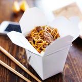 Cinese elimini con lo Smart Phone sulla tavola e sul menu Fotografia Stock