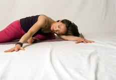 Cinese kvinna som gör Yoga fotografering för bildbyråer
