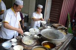 Cinese musulmano che cucina gli uomini Immagini Stock Libere da Diritti