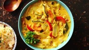 Cinese tradizionale o curry tailandese di giallo del pollo archivi video