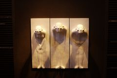 Cinese tre con i sorrisi dolosi nella porcellana di Hyatt Shanghai del parco fotografia stock libera da diritti