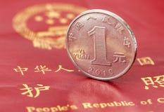 Cinese una moneta di yuan contro lo sfondo del passaggio Fotografie Stock