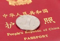 Cinese una moneta di yuan contro lo sfondo del passaggio Fotografie Stock Libere da Diritti