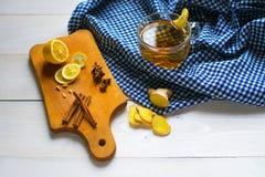 Cinger茶用柠檬和桂香 免版税图库摄影