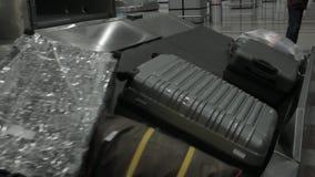 Cinghia del bagaglio dell'aeroporto con bagagli commoventi stock footage