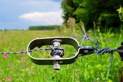 Cinghia del trasportatore del metallo sui fili spinati Fotografia Stock