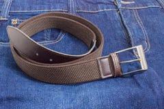 Cinghia elastica di allungamento di Brown sull'blue jeans Immagine Stock Libera da Diritti