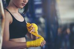 Cinghia femminile adatta sul suoi polso ed esercizio duro per rinforzare muscolo La donna d'inscatolamento prepara alla sessione  fotografie stock libere da diritti