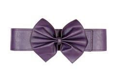 Cinghia viola femminile con il arco-nodo isolato su un fondo bianco Fotografie Stock