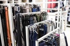 Cinghie di cuoio in una vendita al dettaglio raffinata dell'abbigliamento di modo immagine stock libera da diritti