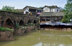 Cinglement le, Chine : Constructions et passerelle antiques de fleuve Images libres de droits