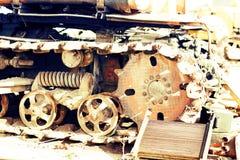 Cingoli continui del bulldozer Fine in su dettaglio delle piste arrugginite di un trattore Fotografia Stock